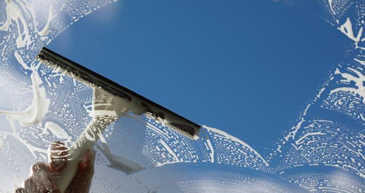 לא רק מרצפות - טיפים לניקוי חלונות כמו מקצוען