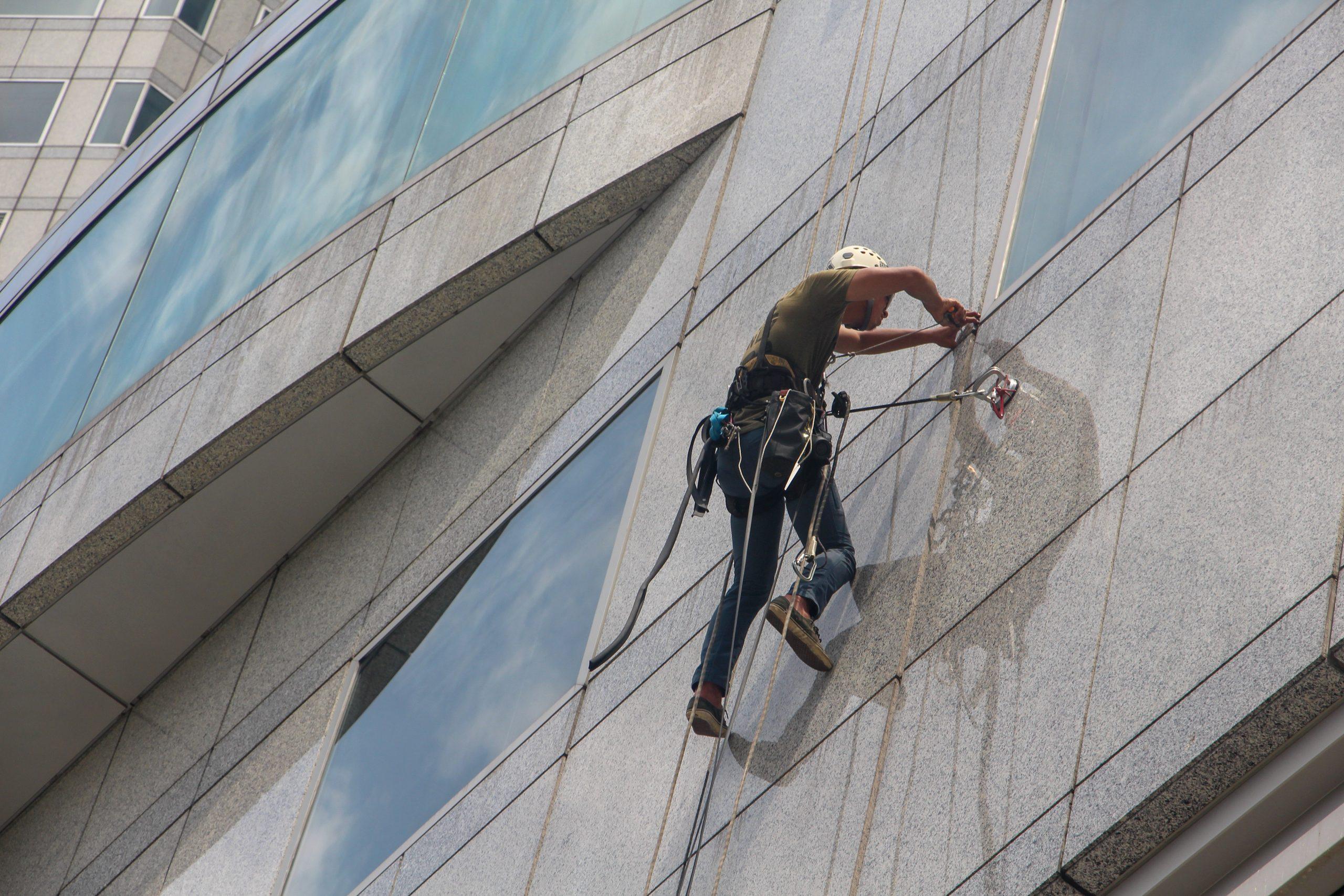 כיצד ניקוי חלונות בגובה משפיע על חזות המבנה?